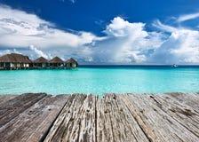 Mooi strand met waterbungalowwen Stock Fotografie