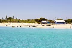Mooi strand met wit zand Royalty-vrije Stock Afbeeldingen