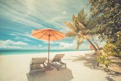 Mooi Strand Stoelen op het zandige strand dichtbij het overzees De zomervakantie en vakantieconcept Inspirational tropische scène Stock Foto