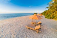 Mooi Strand Stoelen op het zandige strand dichtbij het overzees De zomervakantie en vakantieconcept Inspirational tropische scène Royalty-vrije Stock Afbeelding