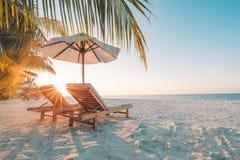 Mooi Strand Stoelen op het zandige strand dichtbij het overzees De zomervakantie en vakantieconcept Inspirational tropische scène Stock Foto's