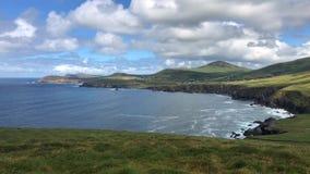 Mooi strand tussen Slea-Hoofd en Dunmore-Hoofd bij de Hoofdaandrijving van Slea stock videobeelden