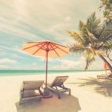 Mooi strand in uitstekend effect Stoelen op het zandige strand dichtbij het overzees De zomervakantie en vakantieconcept Royalty-vrije Stock Foto