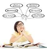 Mooi studentenmeisje die over toekomstig carrièreplan denken Stock Afbeeldingen