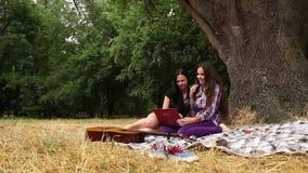 Mooi studentenmeisje met laptop in de herfstpark stock videobeelden