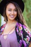 Mooi tan meisje in een zwarte hoed royalty-vrije stock foto