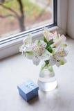 Mooi teder boeket van Alstroemeria met blauwe giftdoos dichtbij Royalty-vrije Stock Foto's
