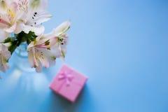Mooi teder boeket van Alstroemeria met roze giftdoos Royalty-vrije Stock Afbeelding