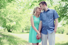 Mooi teder jong paar die in liefde in zonnig de lentepark lopen Stock Fotografie