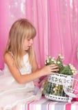 Mooi teder meisje i houdt boeket van bloemen stock afbeeldingen