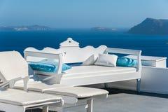 Mooi terras met mening van de caldera - Santorini Stock Afbeeldingen