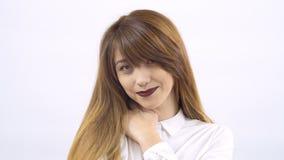 Mooi thoughful meisje met de lippen van Bourgondië bij witte achtergrond stock footage