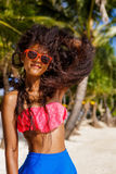 Mooi tiener zwart meisje in zonnebril, bustehouder en rok Stock Fotografie