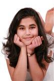 Mooi tienermeisje dat bij vloer het ontspannen ligt Royalty-vrije Stock Foto's