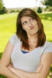 Mooi tienermeisje dat een gezicht maakt stock foto
