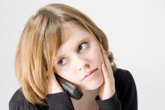 Mooi tienermeisje dat op telefoon spreekt Stock Afbeeldingen