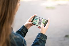 Mooi tienermeisje die telefoon in sociale media met behulp van Stock Foto
