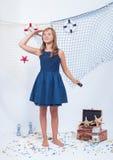Mooi tienermeisje die verafgelegen kijken royalty-vrije stock fotografie