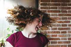 Mooi tienermeisje het schudden hoofd met krullend haar royalty-vrije stock fotografie