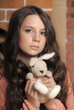 Mooi tienermeisje met een stuk speelgoed in handen Royalty-vrije Stock Foto's