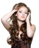 Mooi tienermeisje met lange krullende haren Stock Foto