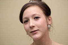 Mooi tienermeisje met tiara en eardrop Stock Foto