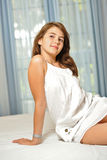Mooi tienermeisje thuis in witte kleding Stock Foto