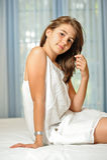 Mooi tienermeisje thuis in witte kleding Stock Fotografie