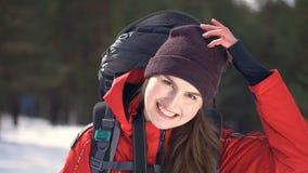 Mooi toeristenmeisje die camera en het glimlachen bekijken stock videobeelden