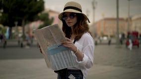 Mooi toeristenmeisje die kaart in Franse straat van Nice bekijken stock videobeelden