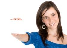 Mooi toevallig meisje dat een adreskaartje houdt Stock Foto's