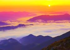 Mooi toneel mistig berglandschap Stock Foto
