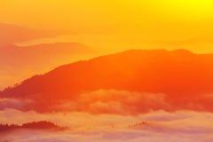 Mooi toneel mistig berglandschap Stock Foto's