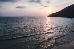 Mooi toneellandschap met dramatische bewolkte hemel bij zonsondergang en zonopen plek op een rimpelingszeewater in Sihanouk ville royalty-vrije stock foto's