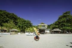Mooi tropisch eiland en toevlucht bij zonnige dag wit zandig strand met blauwe hemelachtergrond Stock Foto's