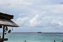 Mooi tropisch eiland met hut, zandig strand Royalty-vrije Stock Foto's