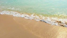 Mooi tropisch luchtstrand die de overzeese golven overzien, die met lege stranden van de kant botsen stock footage