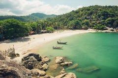 Mooi tropisch strand met boten Royalty-vrije Stock Fotografie