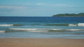 Mooi tropisch strand met golven en gouden zand stock video