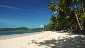 Mooi tropisch strand met het witte zand van kokosnotenpalmen en blauw water stock video
