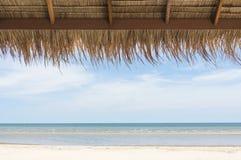 Mooi tropisch strand met wit zandig strand van bamboehut Stock Foto's