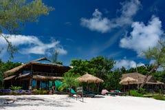 Mooi tropisch strand van het Koh Rong Samloem-eiland met Toevlucht van luxe de Zoete Dromen Stock Fotografie