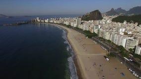 Mooi Tropisch Strandlandschap, Bergen, Luxegebouwen in Copacabana-Strand, Rio de Janeiro, Brazilië stock footage