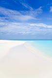 Mooi tropisch wit zandstrand en blauwe hemel Stock Afbeeldingen