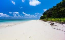Mooi Tropisch wit Zandstrand en glashelder water slokje Royalty-vrije Stock Foto's