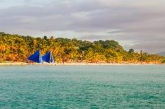 Mooi tropisch wit zandstrand met kokospalmen en mensen op het strand Stock Fotografie