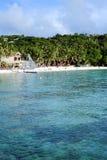 Mooi tropisch wit zandstrand met mensen in het water Stock Foto