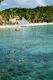 Mooi tropisch wit zandstrand met mensen in het water Royalty-vrije Stock Afbeeldingen