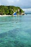 Mooi tropisch wit zandstrand met mensen in het water Stock Foto's