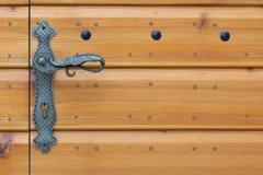 Mooi uitstekend metaalhandvat op houten textuurdeur royalty-vrije stock fotografie